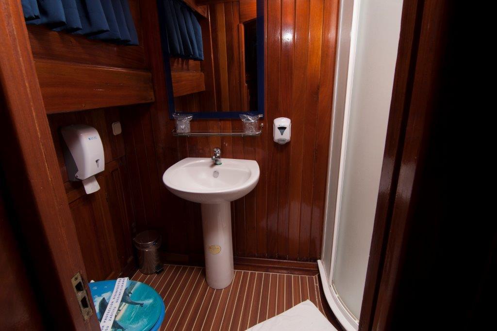 Gulet Andi Star bathroom (2)