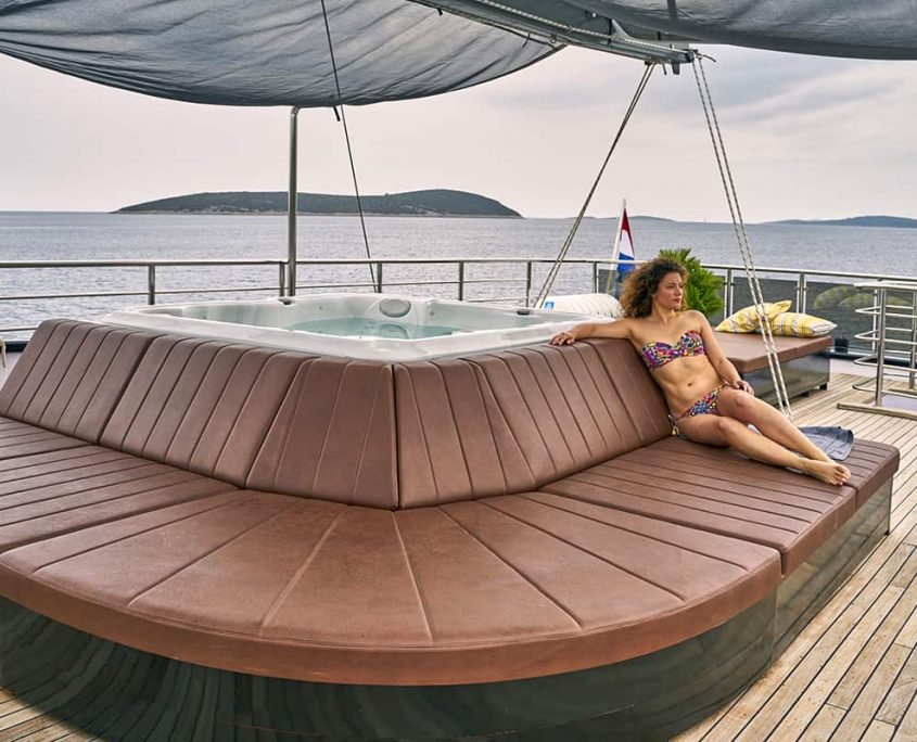 RARA AVIS Jacuzzi on flybridge